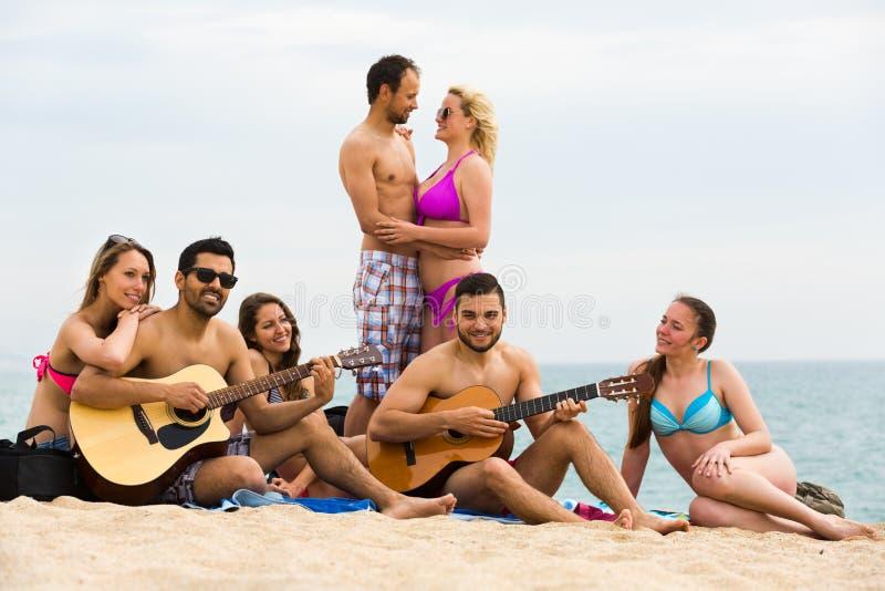 Guitarra do jogo dos amigos foto de stock