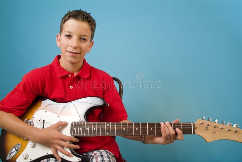 Guitarra do menino imagens de stock