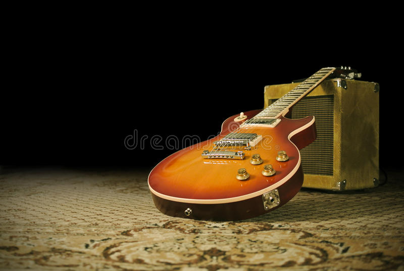 Guitarra e amplificador em um estúdio de gravação fotos de stock