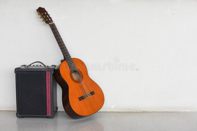 Guitarra e armário audio fotografia de stock royalty free