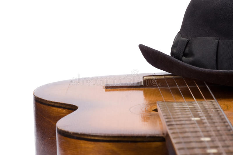 Guitarra e chapéu no branco fotos de stock royalty free