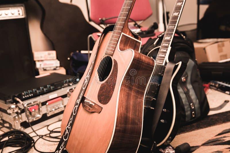 Guitarra e equipamento da música em um estúdio de gravação home imagens de stock