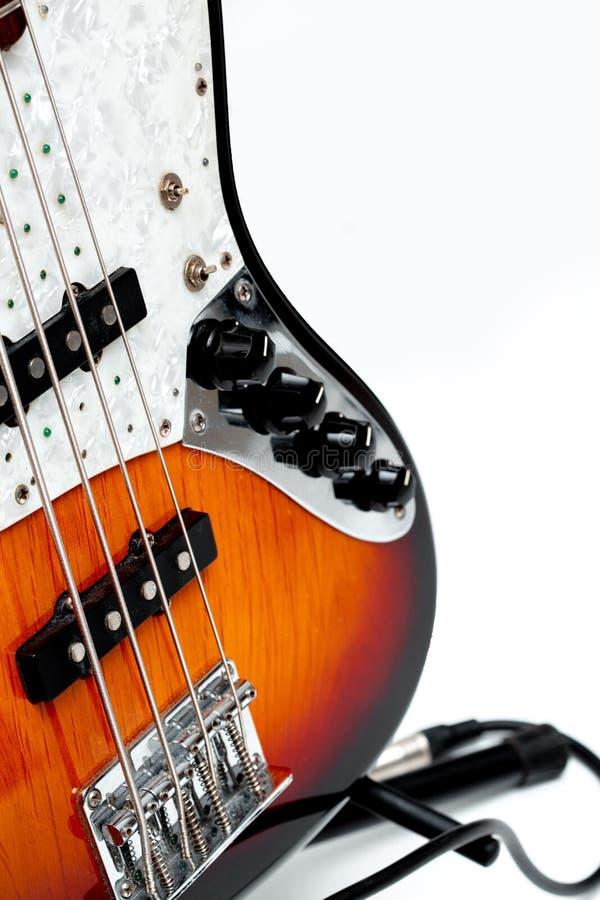 Guitarra eléctrica acústica en el fondo blanco fotografía de archivo