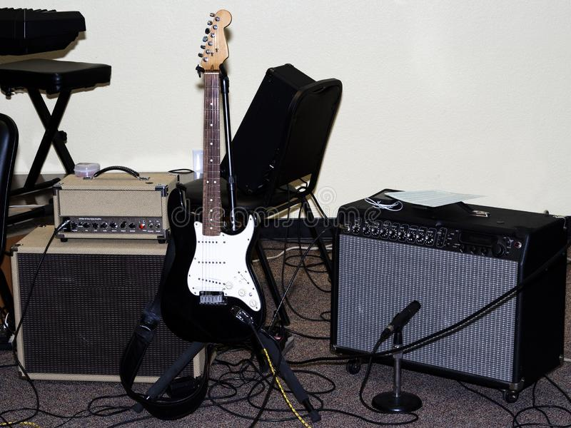 Guitarra eléctrica con los amperios y Mic Setup For Performance imagenes de archivo