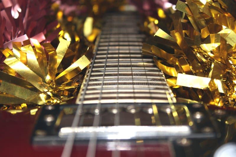 guitarra eléctrica de Borgoña en malla de la Navidad fotografía de archivo