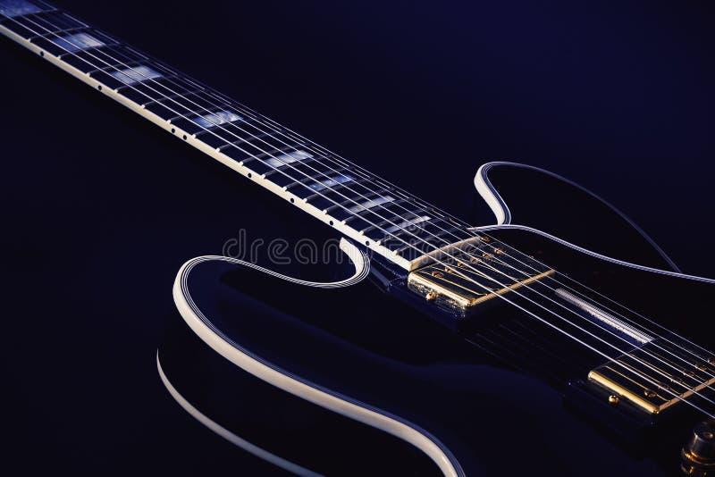 Guitarra eléctrica de los azules en azul foto de archivo libre de regalías