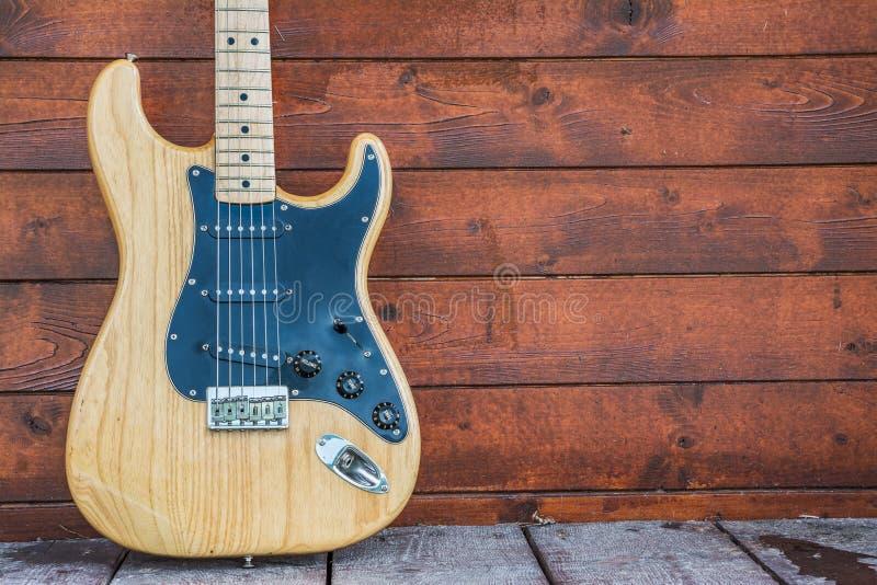 Guitarra eléctrica de madera del stratocaster de la defensa foto de archivo