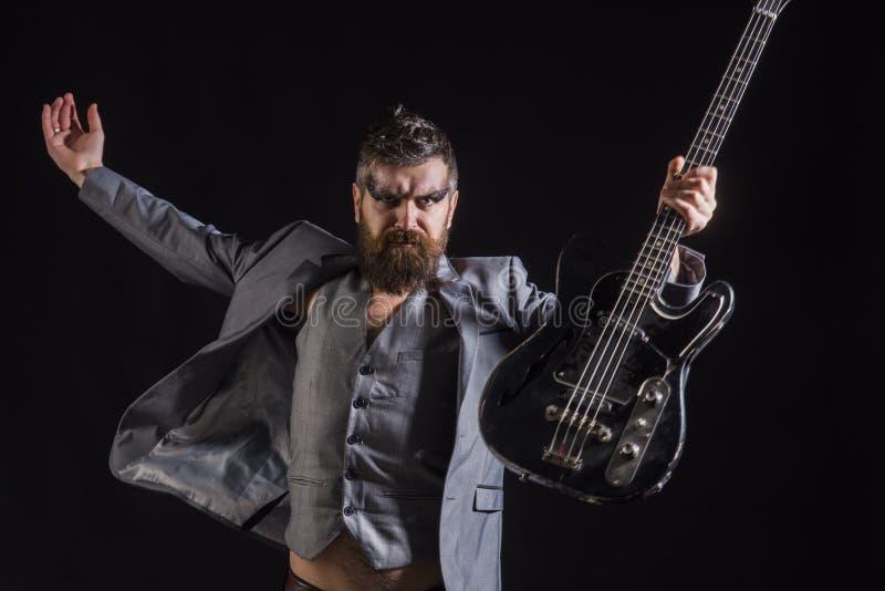Guitarra eléctrica del control de Man del guitarrista del hombre Hombre barbudo con la guitarra Hombre en concierto de rock Juegu imagen de archivo libre de regalías