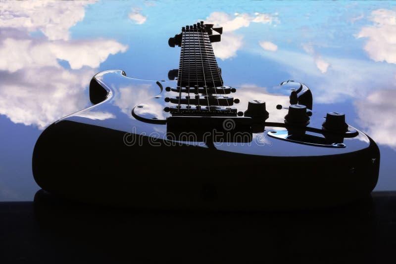 Guitarra eléctrica que flota en el cielo imagenes de archivo