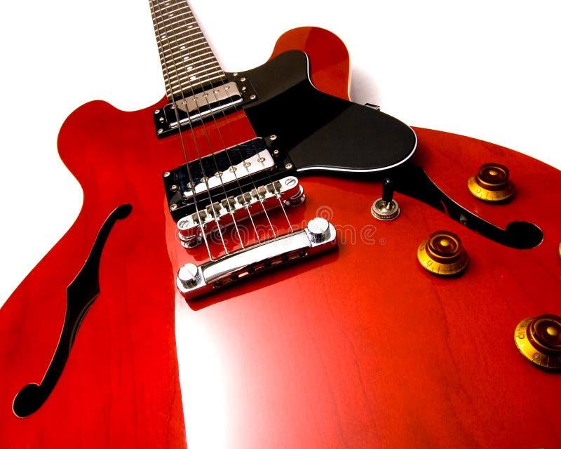 Guitarra eléctrica roja vertical fotos de archivo libres de regalías