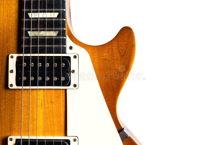 Guitarra eléctrica vieja en el fondo blanco fotos de archivo libres de regalías