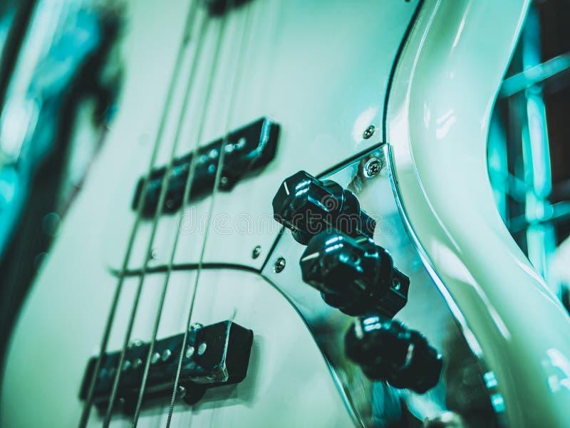 guitarra eléctrica y volumen y control del paso imágenes de archivo libres de regalías