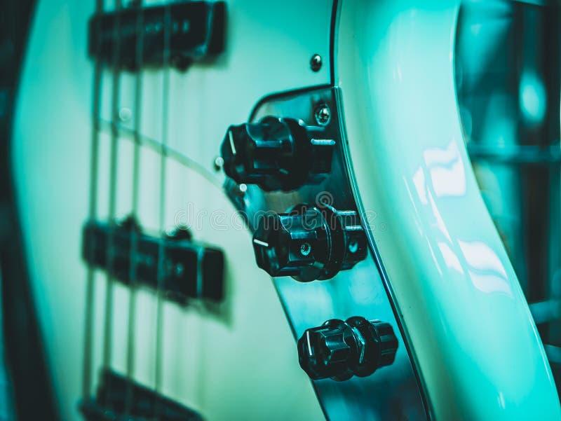 guitarra eléctrica y volumen y control del paso imagen de archivo libre de regalías