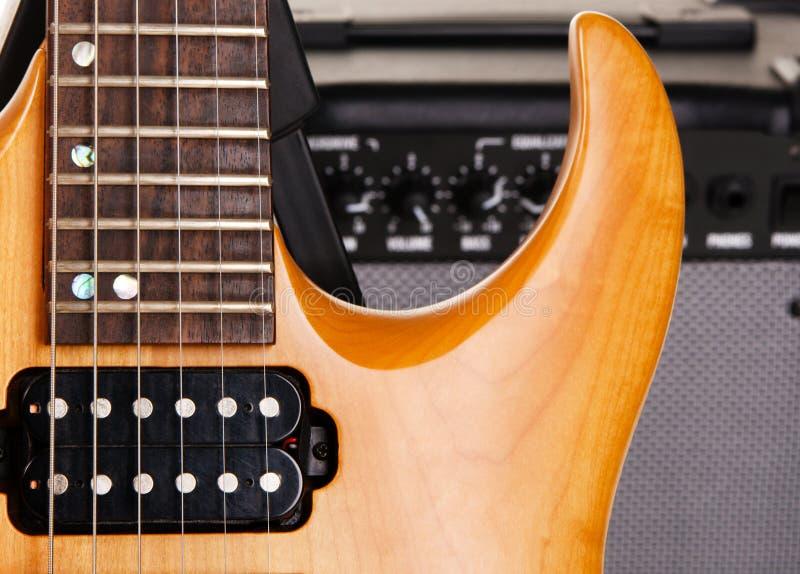 Guitarra elétrica com amplificador imagem de stock