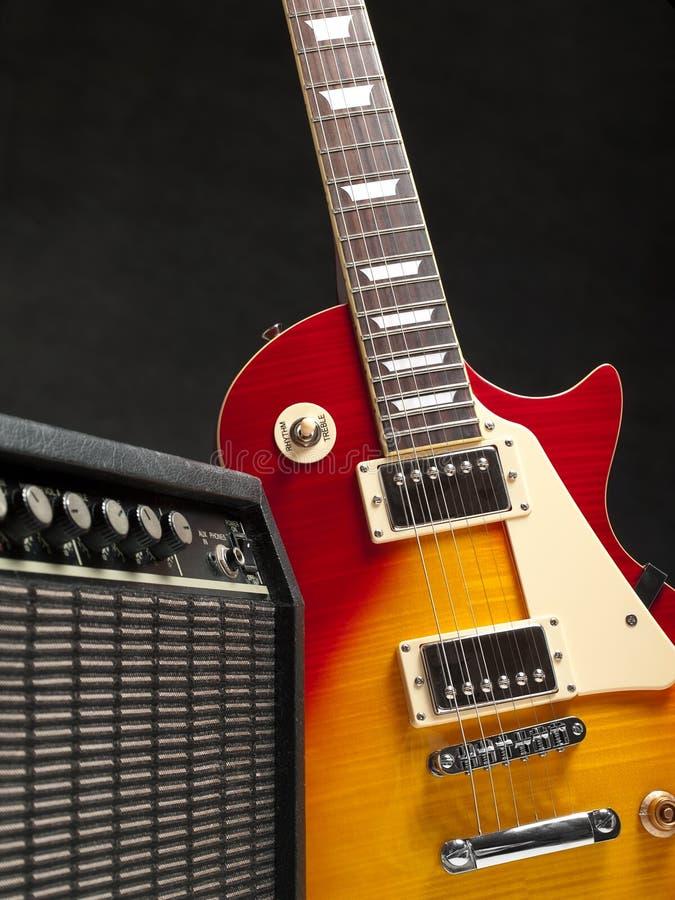 Guitarra elétrica com amplificador imagem de stock royalty free