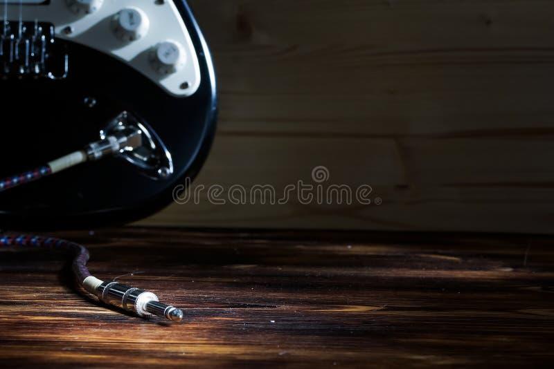 Guitarra elétrica com cordas no estúdio Instrumento musical no hom imagens de stock