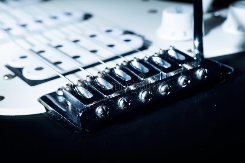 Guitarra elétrica com cordas no estúdio Instrumento musical no hom fotos de stock