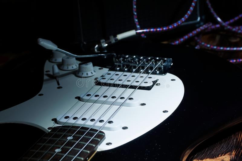Guitarra elétrica com cordas no estúdio Instrumento musical no hom imagem de stock royalty free