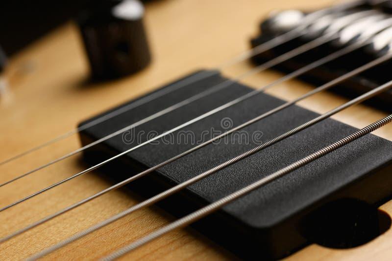 Guitarra elétrica de madeira da forma clássica com pescoço do jacarandá imagens de stock