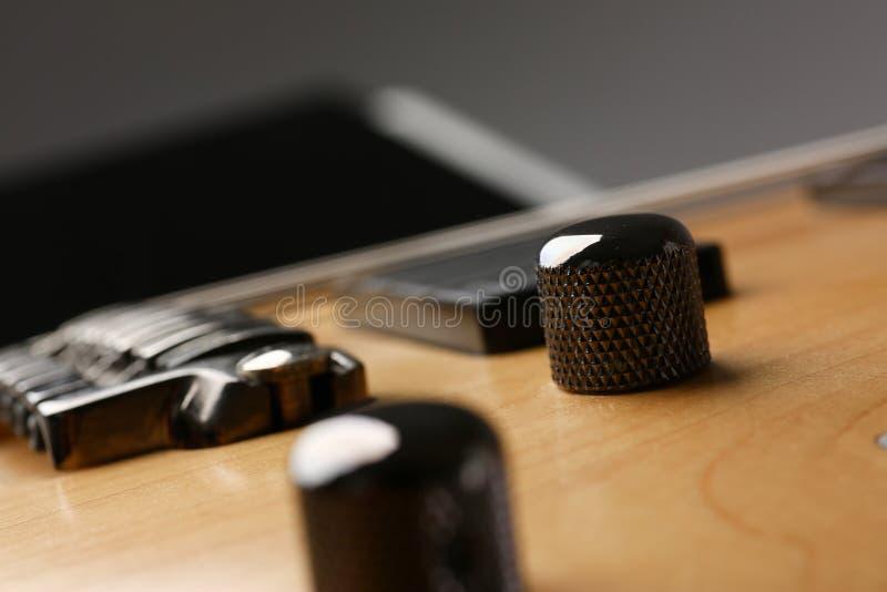 Guitarra elétrica de madeira da forma clássica com pescoço do jacarandá imagem de stock
