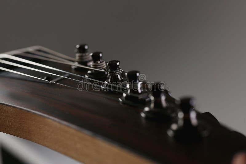 Guitarra elétrica de madeira da forma clássica com pescoço do jacarandá foto de stock