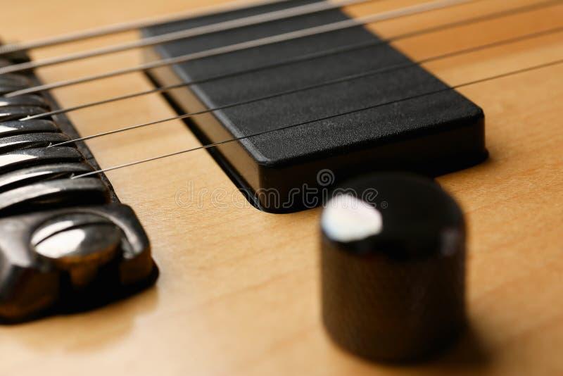 Guitarra elétrica de madeira da forma clássica com pescoço do jacarandá fotos de stock royalty free