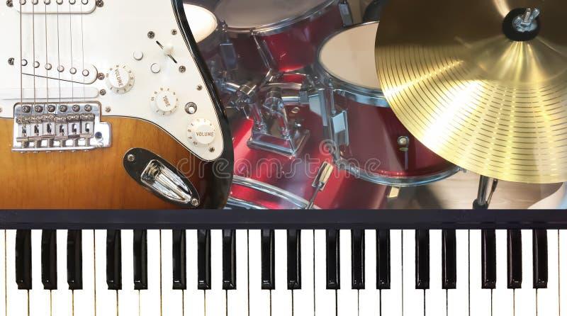 Guitarra elétrica de teclado de piano e instrume dourado da música dos pratos imagem de stock royalty free