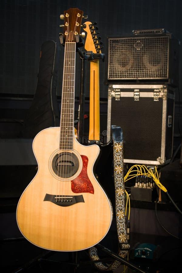 Guitarra elétrica e amplificador clássico em um fundo escuro fotos de stock