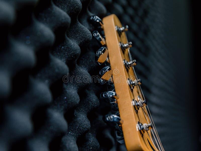 Guitarra elétrica e amplificador clássico em um fundo escuro foto de stock royalty free