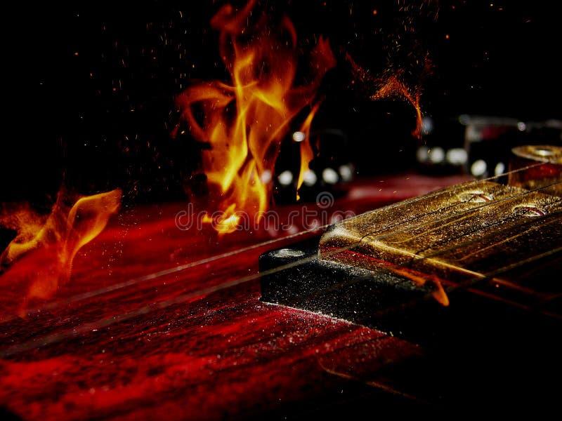 Guitarra elétrica e fogo de exposição dobro fotos de stock royalty free