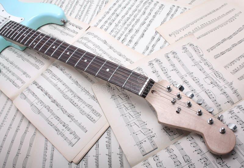 Guitarra elétrica e folha de música fotografia de stock