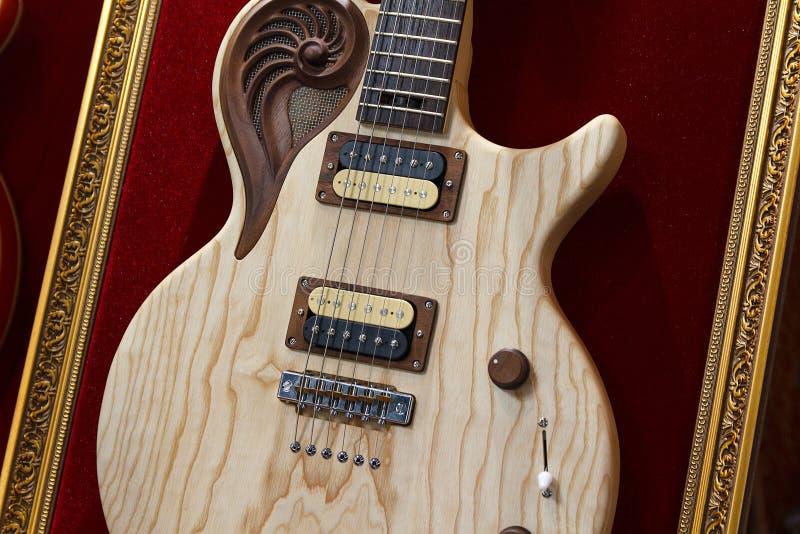 Guitarra elétrica elegante em uma loja da música foto de stock royalty free
