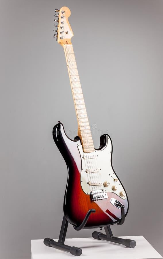 Guitarra elétrica isolada no fundo cinzento foto de stock