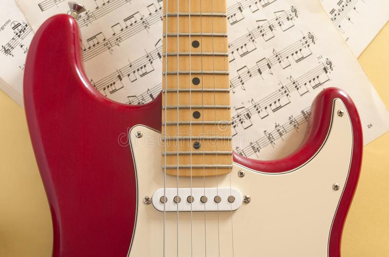 Guitarra elétrica que encontra-se em um fundo colorido e iluminada pela luz natural fotografia de stock royalty free