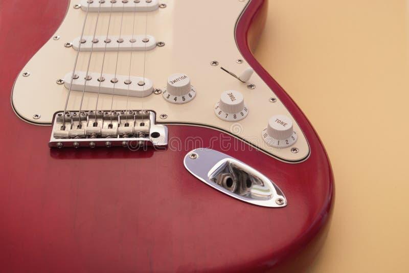 Guitarra el?trica que encontra-se em um fundo colorido e iluminada pela luz natural imagens de stock