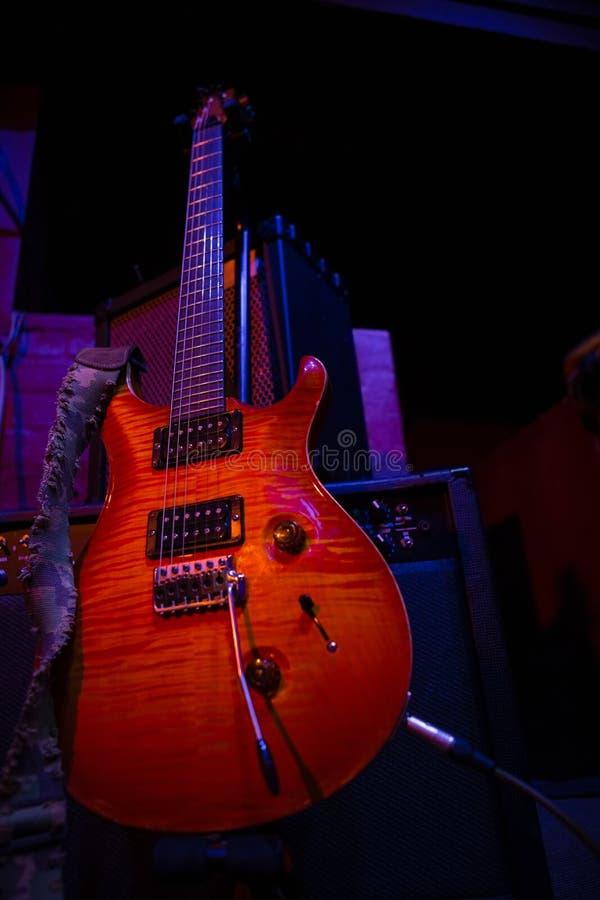 Guitarra eletrônica no estúdio de gravação imagem de stock