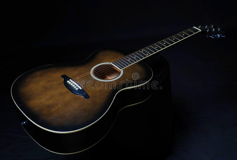 Guitarra em um fundo preto foto de stock royalty free