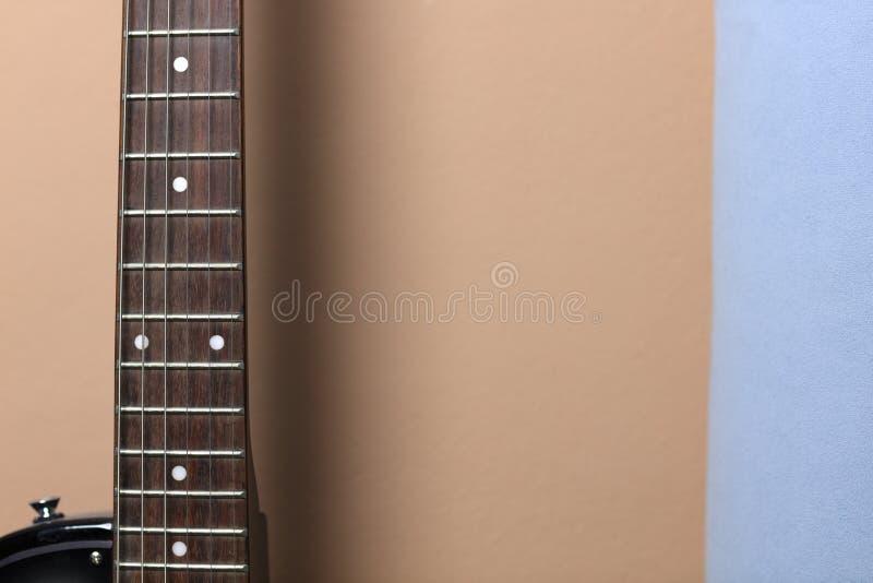 Guitarra en la pared foto de archivo