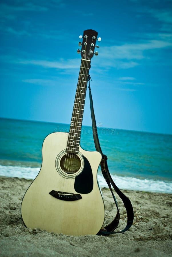 Guitarra en la playa fotos de archivo libres de regalías