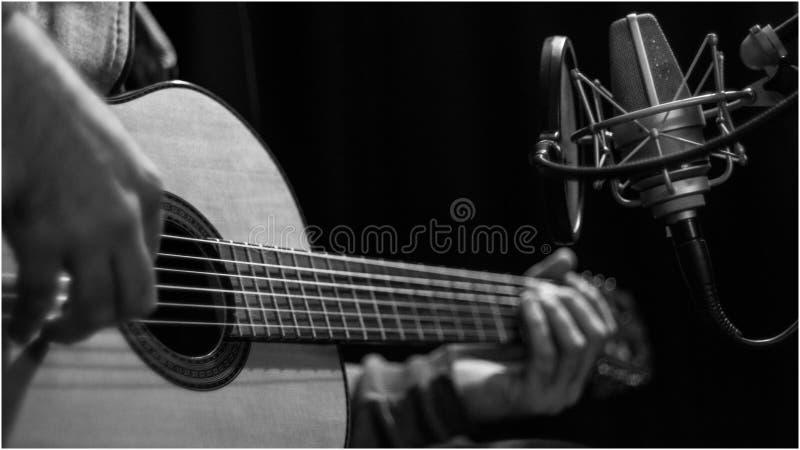 Guitarra en la sesión de la grabación en el estudio fotografía de archivo libre de regalías