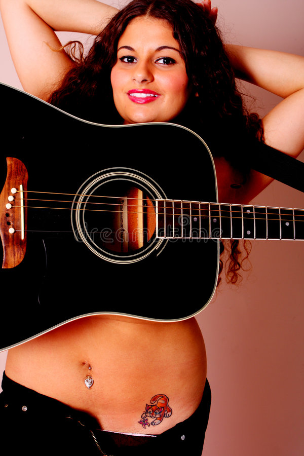 Guitarra en una mujer fotos de archivo libres de regalías