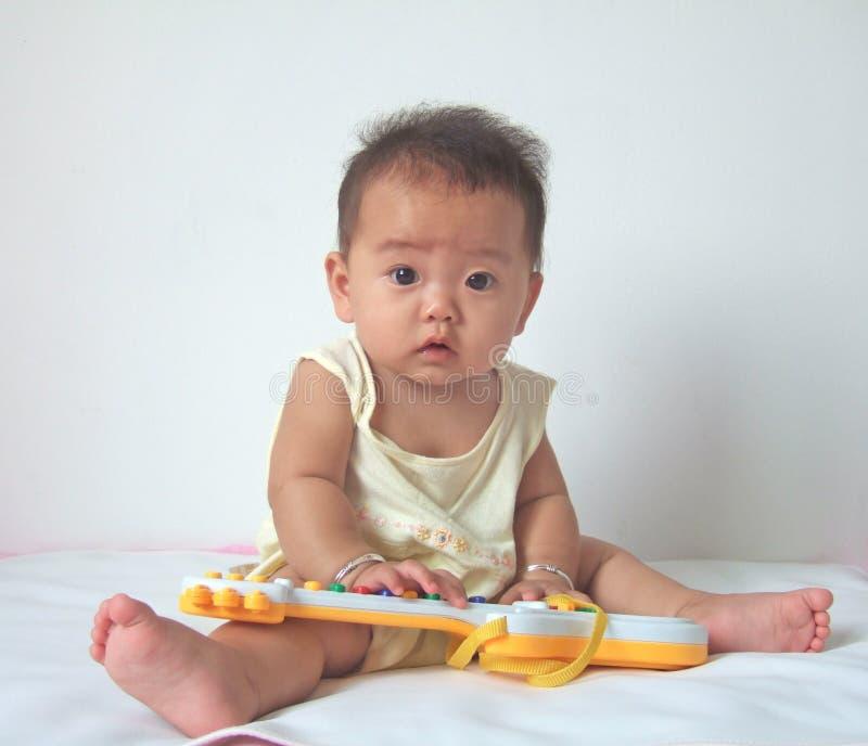 Guitarra encantadora do bebê e do brinquedo fotos de stock royalty free