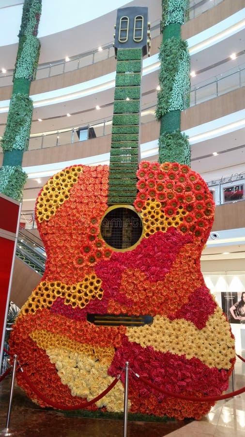 Guitarra enorme do flowe imagens de stock royalty free