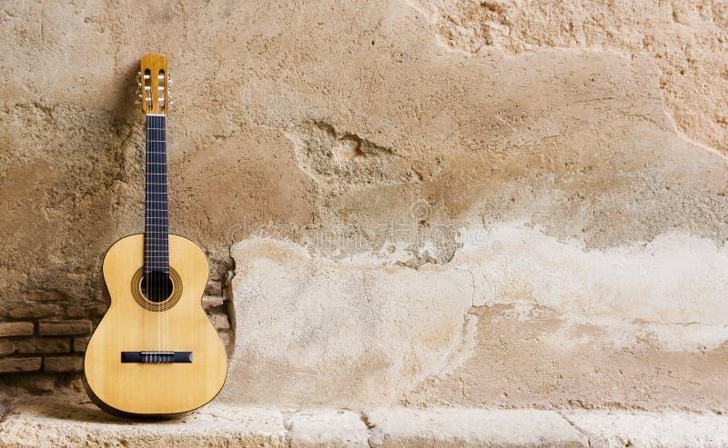 Guitarra espanhola na parede imagens de stock royalty free