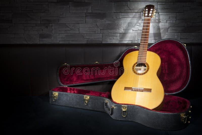 Guitarra iluminada da música com caso no fron imagem de stock