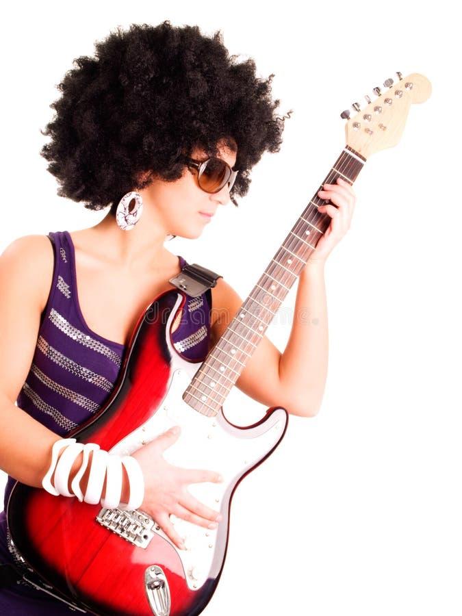 Guitarra joven de la explotación agrícola de la muchacha del guitarrista sobre blanco imágenes de archivo libres de regalías