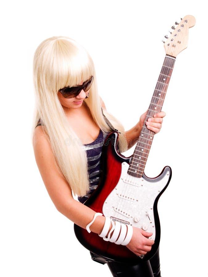 Guitarra joven del juego de la mujer de la roca aislada sobre blanco imagen de archivo libre de regalías