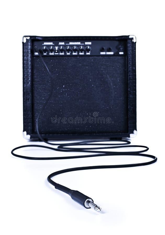 Guitarra más aplifier con el cable fotos de archivo