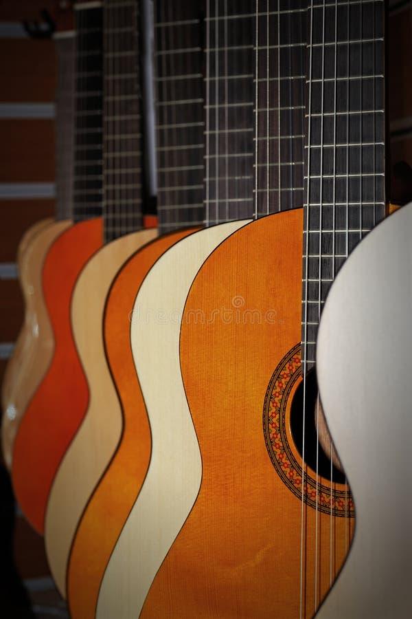 Guitarra na loja da música fotografia de stock