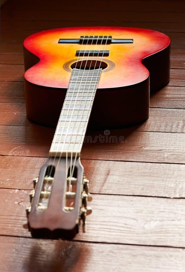 Guitarra no assoalho imagem de stock